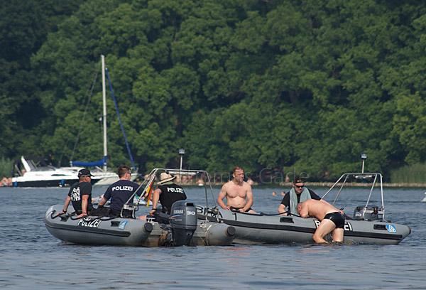 Bereitschaftspolizei auf dem Tegeler See. Abkühlung im Wasser