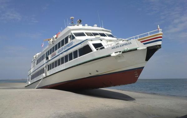 Fahrgastschiff Adler Express auf einer Sandbank.  Foto: Sylter Catamaran Club e.V.