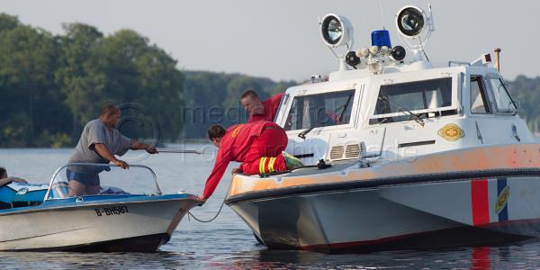 3. 8. 2015. Berlin. Reinickendorf. Tegel. Tegeler See. Rettungseinsatz eines Bootes des ASB mit dem DLRG. Ein Sportboot mit Motorschaden wird abgeschleppt. Foto aus einer Serie