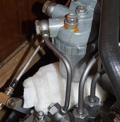 Windel unter einem tropfenden Dieselfilter