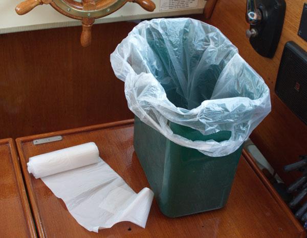 Müllsack und kleiner Mülleimer, der natürlich nicht auf dem Tisch steht.