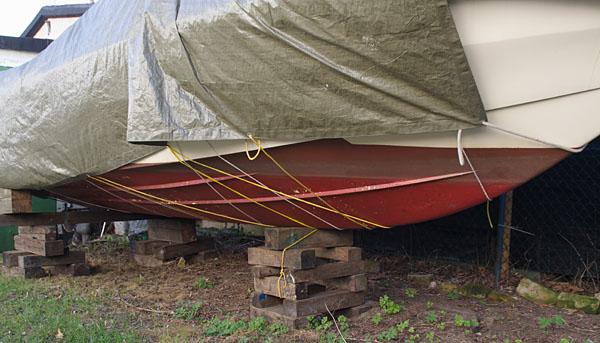 Die Winterplane wird am Boot festgebunden. Problem: Die Taue scheuern am Rumpf