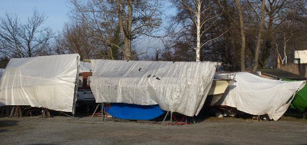 Boote unter Planen im Winterlager