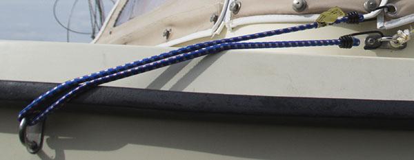 Nach einer Reinigung war Bootsverdeck geschrumpft. Mit einem Spannband konnte es bis zur Dehnung befestigt werden.