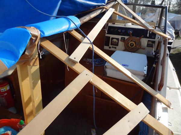 Eine Lattenkonstruktion hält die Plane so in Form, dass Wasser kann gut abläuft.