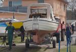 Motorboot beim ins Wasser Slippen