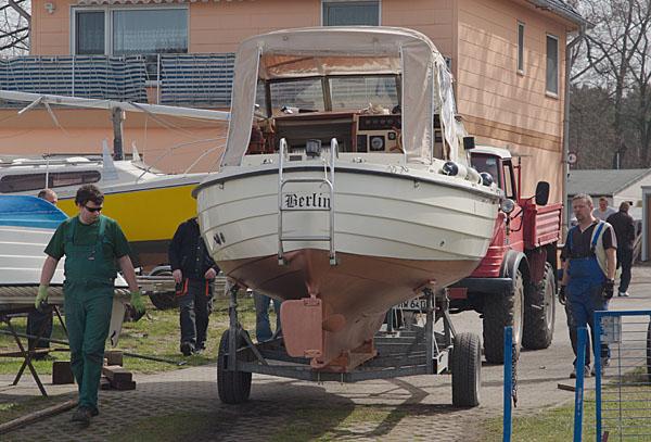 Ein Motorboot wird zur Slipanlage gerollt.