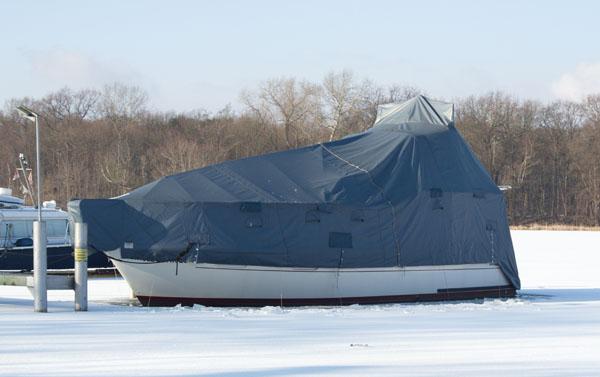 4. 2. 2012. Berlin. Tegel. Tegeler See. Winter. Eis. Eingefrorene Boote am Liegeplatz. Marina
